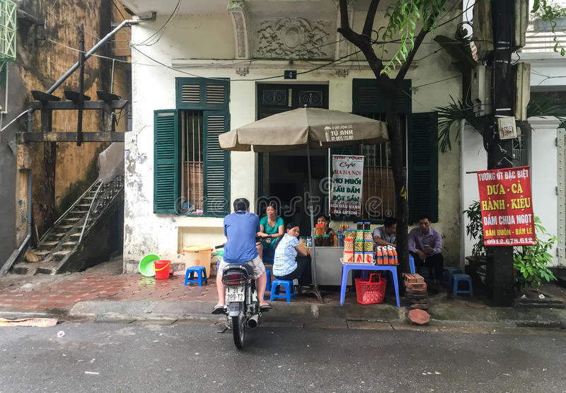 Povos que vendem bebidas na rua em Thai Nguyen, Vietname imagem de stock royalty free