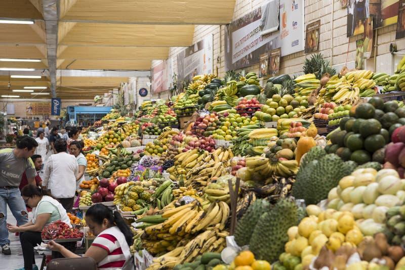 Povos que vendem o produto no mercado de fruto tropical, Equador fotos de stock