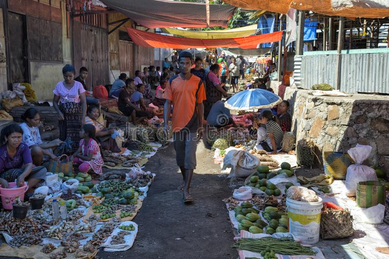 Povos que vendem vegetais em Maumere fotos de stock royalty free