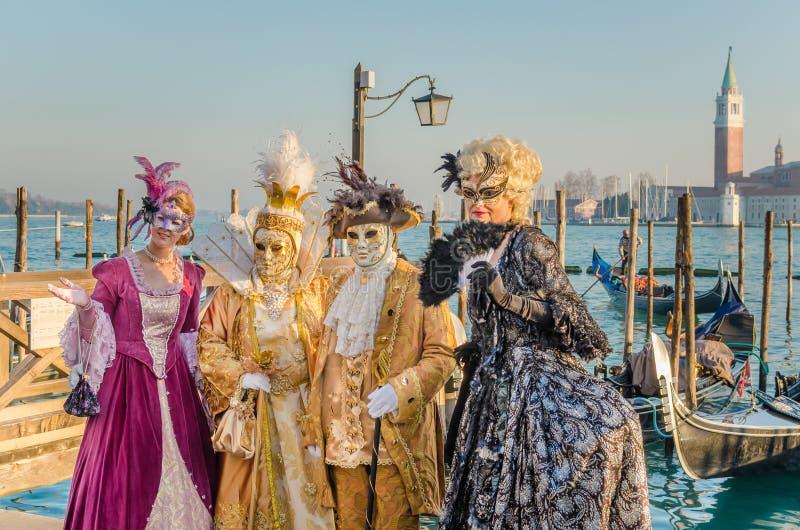 Povos que vestem trajes tradicionais no carnaval de Veneza foto de stock royalty free