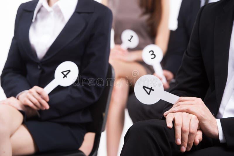 Povos que vestem a votação preta dos ternos. imagens de stock royalty free
