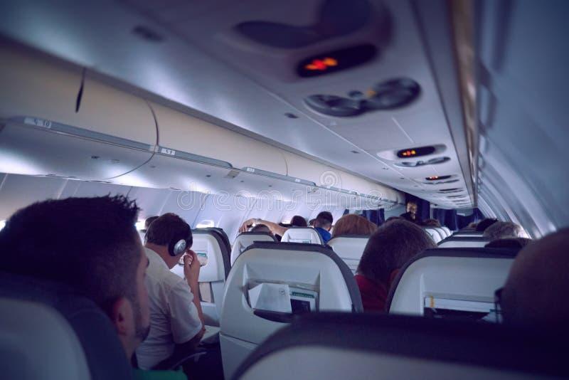 Povos que viajam dentro do avião fotografia de stock