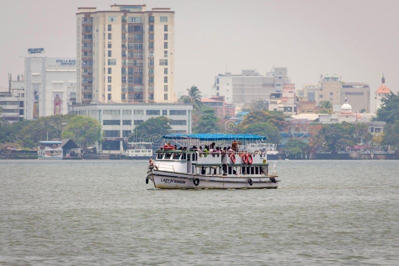 Povos que viajam no barco no mar árabe Kochin foto de stock royalty free