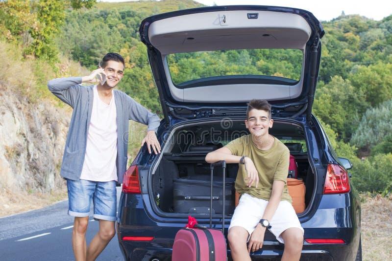 Povos que viajam pelo carro com malas de viagem imagens de stock royalty free