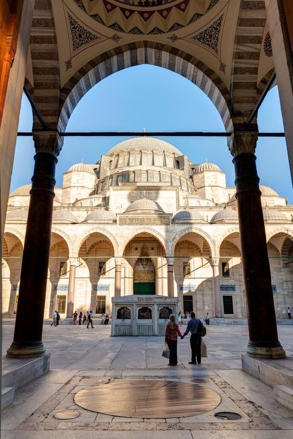 Povos que visitam a mesquita de Suleymaniye em Istambul fotografia de stock