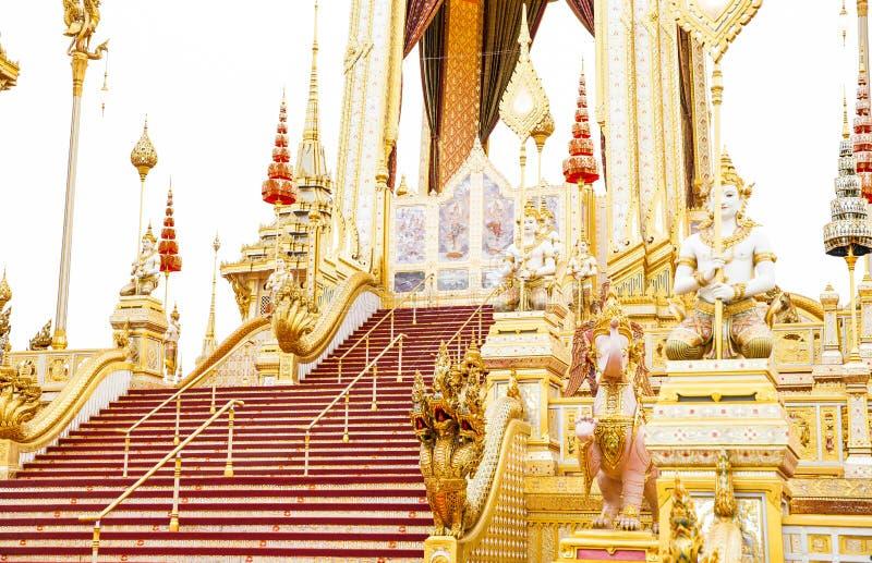 Povos que visitam no crematório real para a cremação real de seu rei Bhumibol Adulyadej Bangkok da majestade foto de stock