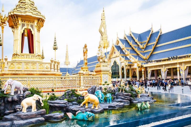 Povos que visitam no crematório real para a cremação real de seu rei Bhumibol Adulyadej Bangkok da majestade foto de stock royalty free
