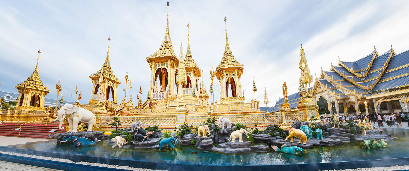 Povos que visitam no crematório real para a cremação real de seu rei Bhumibol Adulyadej Bangkok da majestade imagens de stock