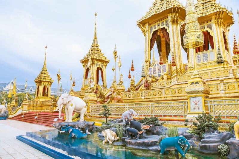 Povos que visitam no crematório real para a cremação real de seu rei Bhumibol Adulyadej Bangkok da majestade fotografia de stock royalty free
