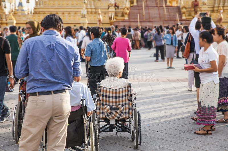 Povos que visitam no crematório real para a cremação real de seu rei Bhumibol Adulyadej da majestade imagens de stock