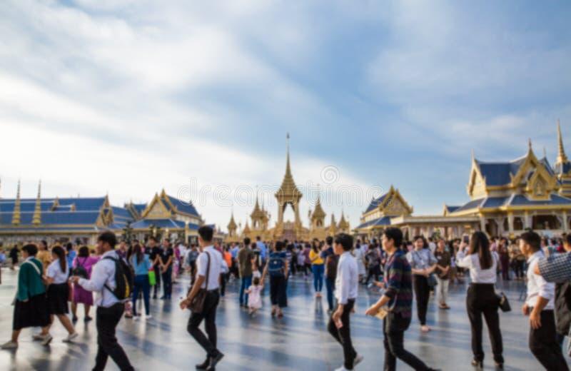 Povos que visitam no crematório real para a cremação real de seu rei Bhumibol Adulyadej da majestade fotos de stock