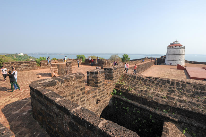 Povos que visitam o forte Aguada em Goa, Índia foto de stock