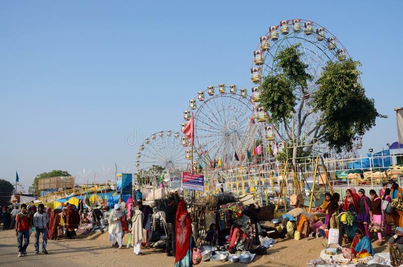 Povos que visitam o mercado local, Pushkar, Índia imagens de stock royalty free
