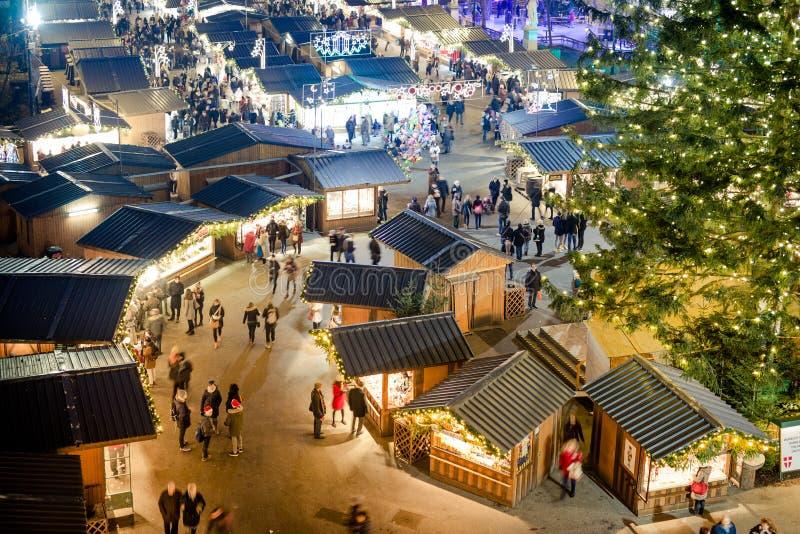 Povos que visitam o mercado tradicional do Natal de Wien foto de stock