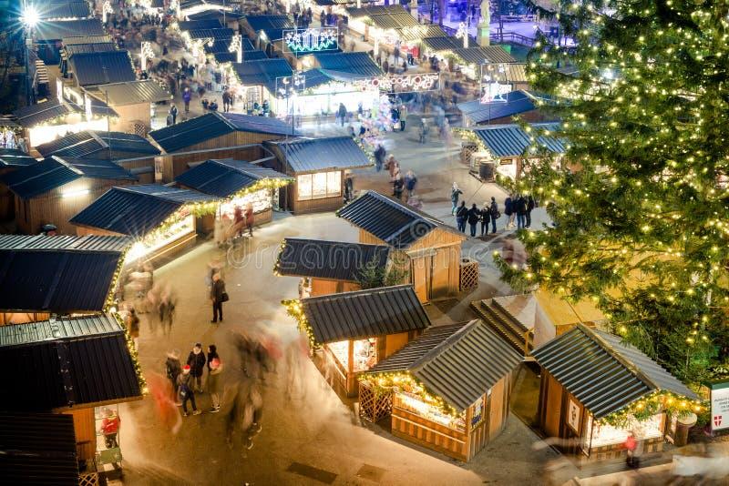 Povos que visitam o mercado tradicional Viena do Natal de Wien imagens de stock royalty free