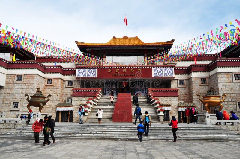 Povos que visitam o museu tibetano fotografia de stock