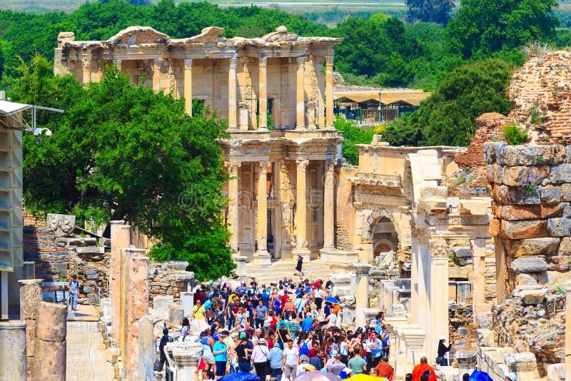 Povos que visitam ru?nas velhas de Ephesus, Turquia imagens de stock royalty free