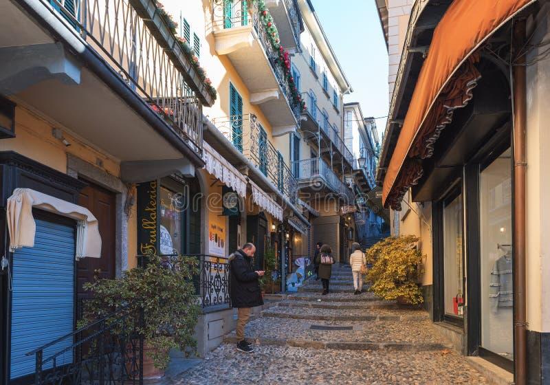 Povos que visitam ruas estreitas com as estradas do seixo no centro histórico da cidade imagens de stock
