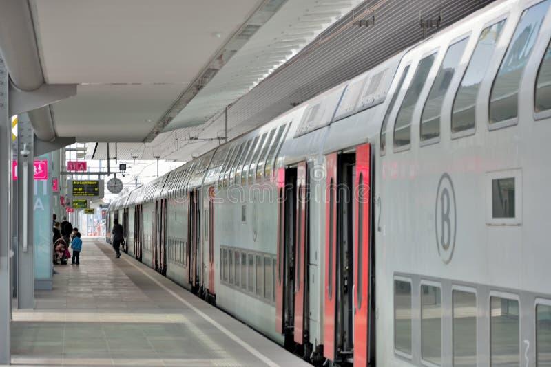 Povos que wainting para seu trem na estação em Ghent, Bélgica fotografia de stock