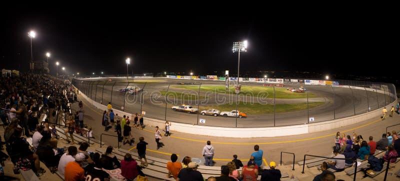 Povos que watchting uma competição do stock car na noite fotos de stock royalty free