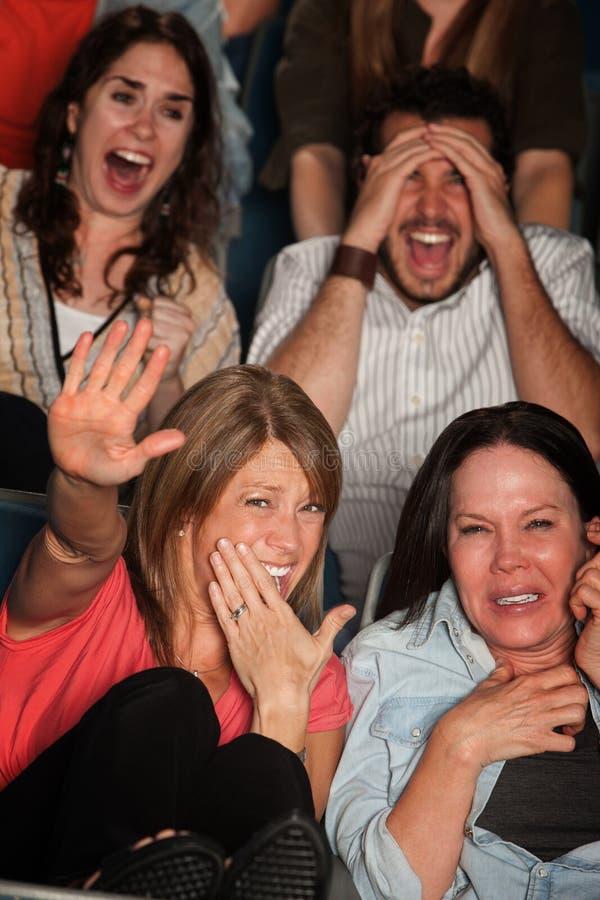 Povos Scared no teatro imagem de stock