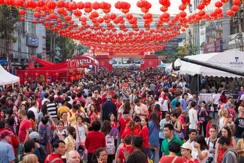 Povos tailandeses e turistas durante a celebração do ano novo chinês na rua de Yaowarat, bairro chinês Banguecoque, Tailândia imagens de stock royalty free