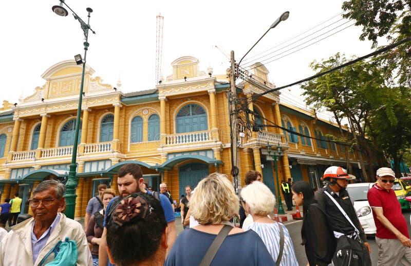 Povos tailandeses e turistas que andam na construção velha fotografia de stock