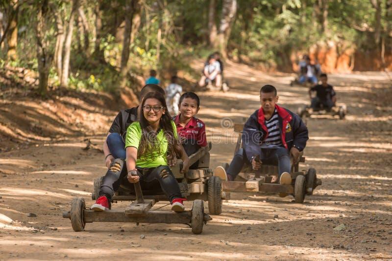 Povos tailandeses não identificados que montam o trenó de madeira tribal do ` s para o turista em Tailândia do norte foto de stock royalty free