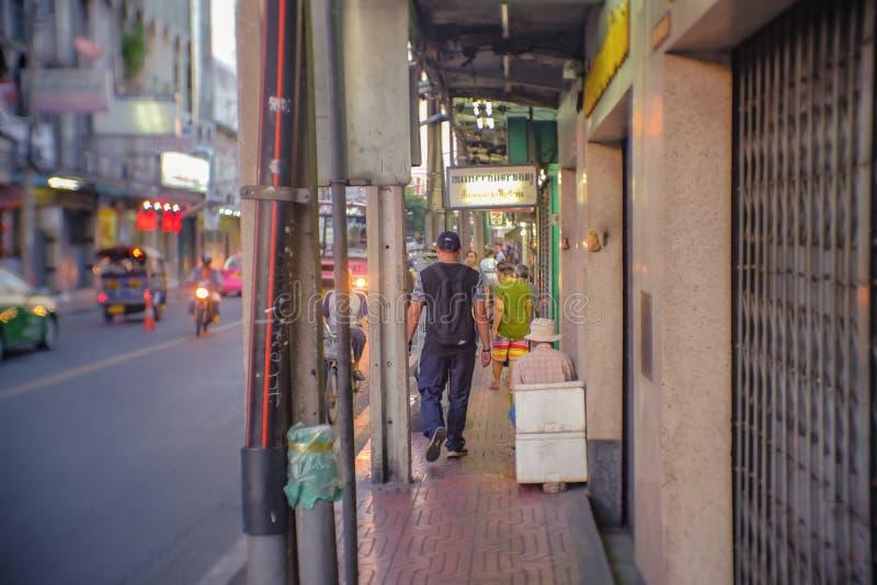 Povos tailandeses ou turista Unacquainted em Talat Phlu Train Station Market Talat Phlu Market é o mercado velho e o F local muit imagens de stock