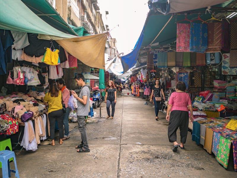 Povos tailandeses ou turista Unacquainted que andam na estrada de Phahurat o mercado velho na capital da cidade de Banguecoque de imagens de stock royalty free