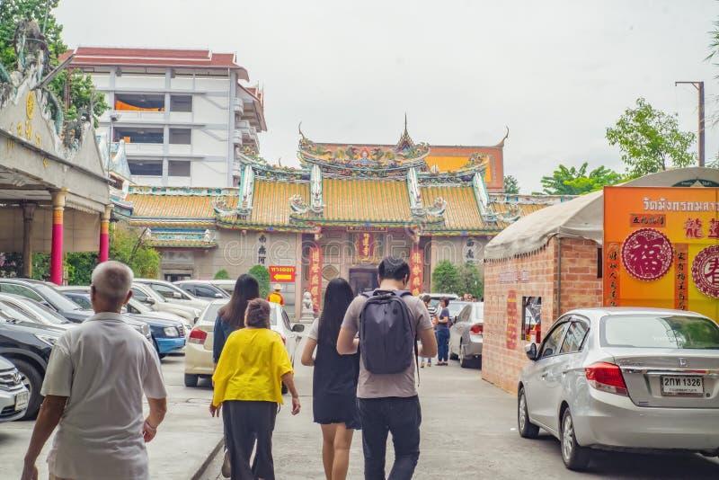 Povos tailandeses ou turista Unacquainted que andam no templo de Wat Mangkon Kamalawat em Banguecoque Tailândia foto de stock