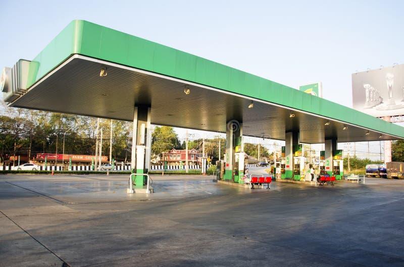 Povos tailandeses que conduzem o carro para encher o óleo diesel no posto de gasolina fotos de stock royalty free