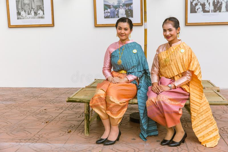 Povos tailandeses que vestem o pano nacional bonito do estilo tradicional do vestido foto de stock