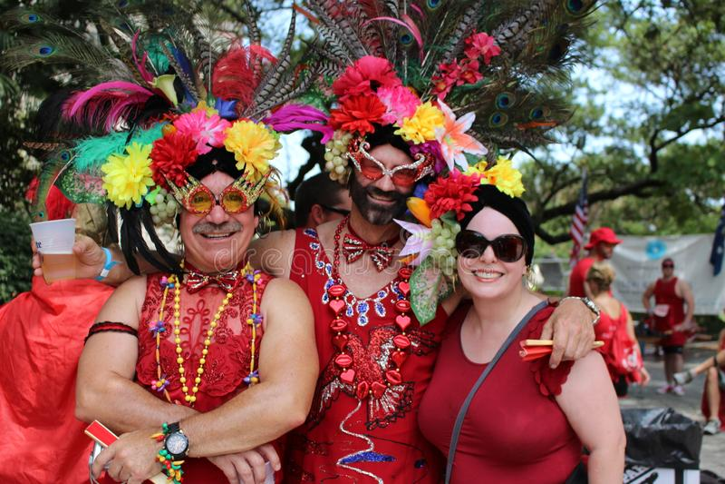 Povos trajados na corrida vermelha do vestido no bairro francês de Nova Orleães imagens de stock royalty free
