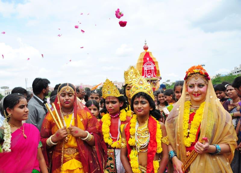 Povos vestidos como Lord Krishna e a deusa Radha na Índia imagens de stock royalty free