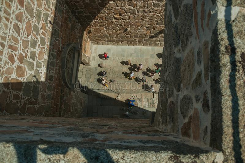 Povos vistos pela torre na porta do Alcazar em Avila foto de stock