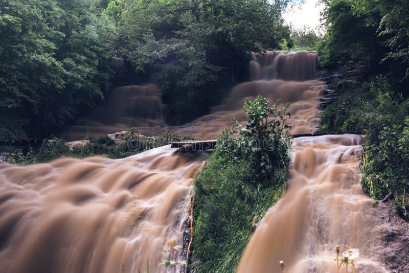 Powódź, kataklizm, wysoki opady deszczu zagrożenie wylew, brudzi wodę Dzhurinsky siklawa, Ukraina obrazy royalty free
