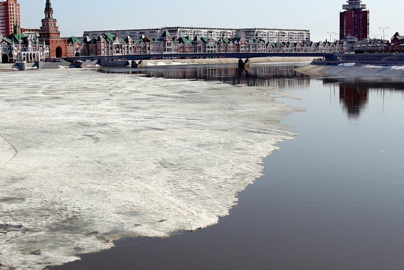 Powódź rzeka w mieście no jest topiącego lodu zdjęcia royalty free