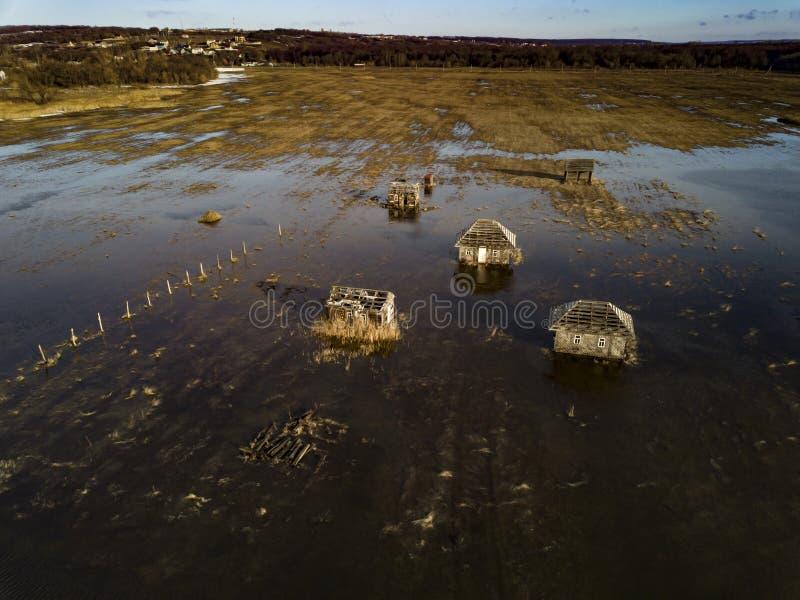 Powódź zalała zniszczony dom w pobliżu rzeki obraz royalty free