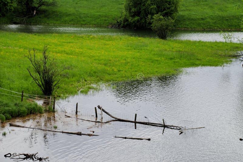 Powódź - zalewający zieleni tereny zdjęcia stock