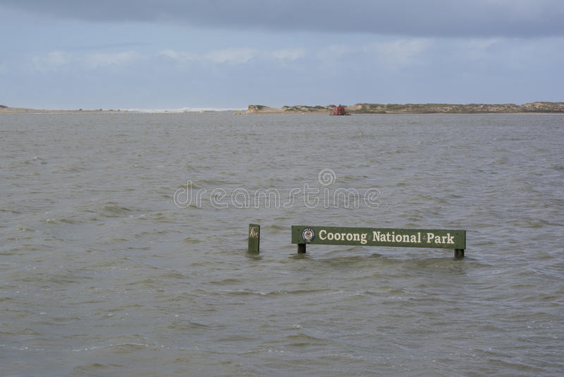 Powódź, Zanurzający Coorong parka narodowego znak, Hindmarsh wyspa, S obraz stock