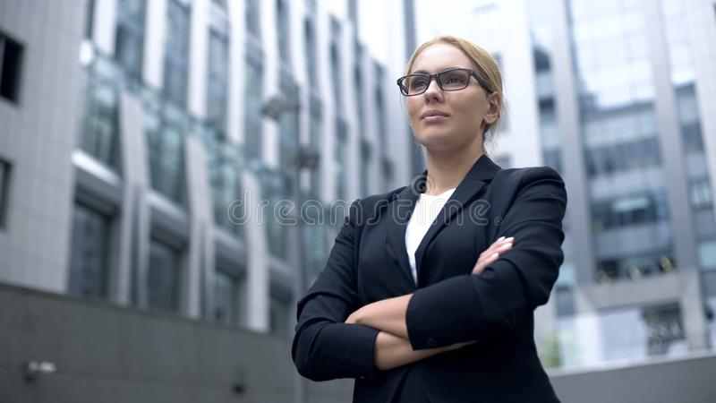 Poważna biznesowa dama ono uśmiecha się, ręki krzyżował, profesjonalizm i doświadczenie zdjęcia royalty free