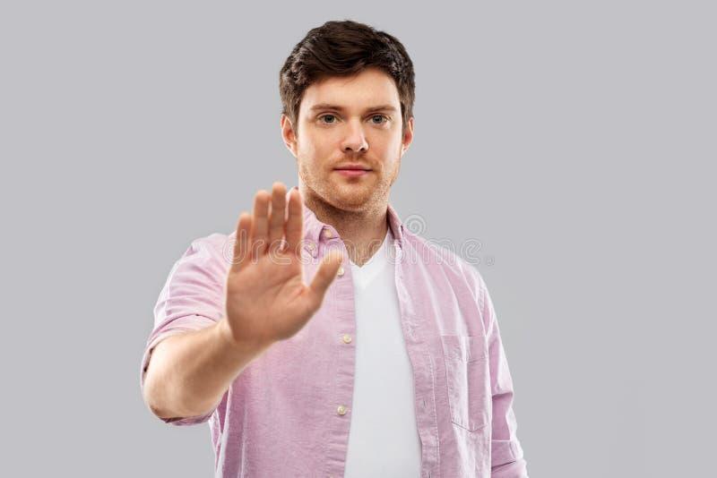 Poważny młodego człowieka seansu przerwy gest fotografia royalty free