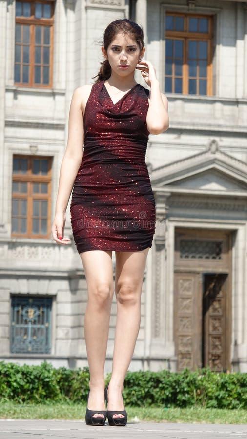 Poważna Ładna Latynoska Dorosła kobieta Jest ubranym Smokingową pozycję zdjęcie royalty free