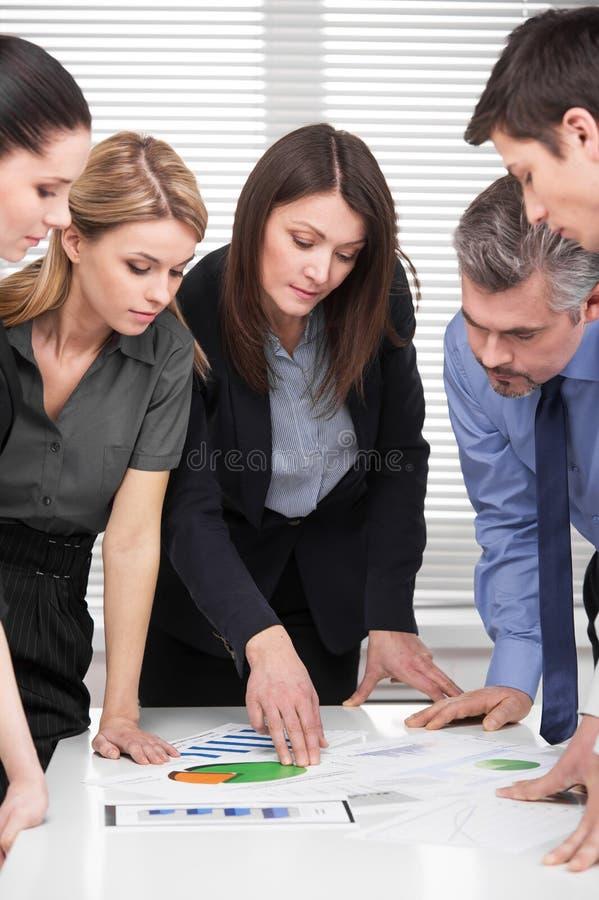 Poważna biznes drużyna ma brainstorm w nowożytnym biurze. zdjęcia royalty free
