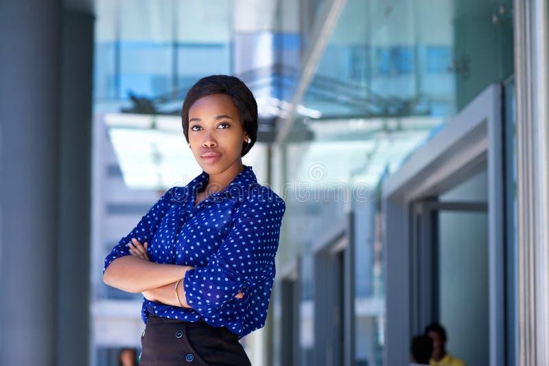Poważna biznesowej kobiety pozycja na zewnątrz budynku biurowego zdjęcie royalty free