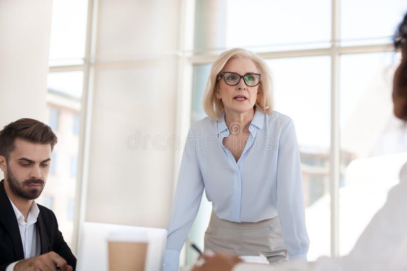 Poważna dojrzała bizneswoman rozmowa ma dyskusję podczas wytyczne fotografia royalty free