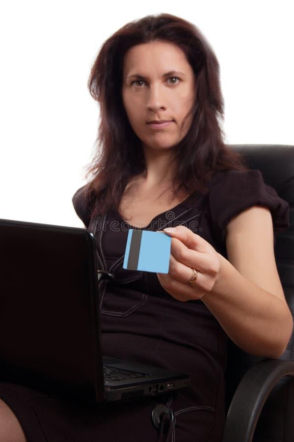 Download Poważna Kobieta Trzyma Kredytową Kartę Z Laptopem Zdjęcie Stock - Obraz złożonej z mienie, bank: 28962596