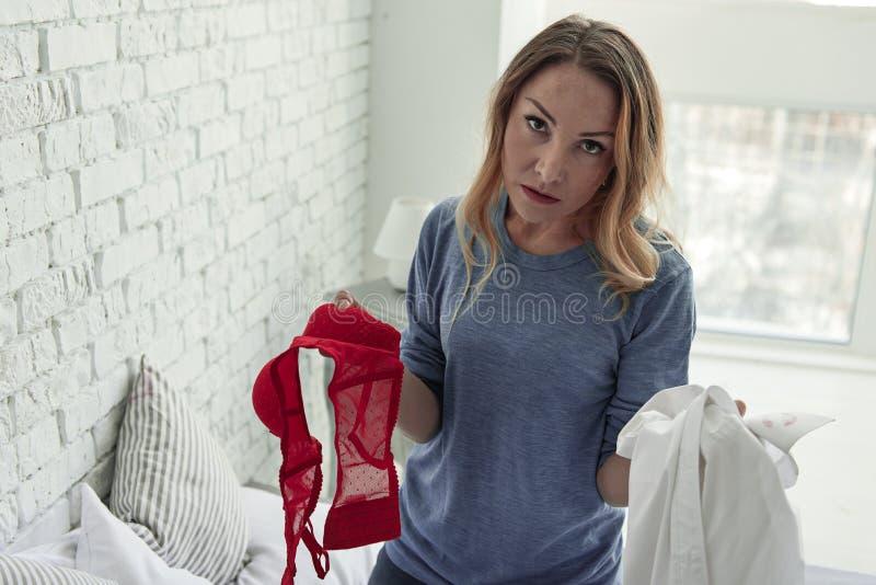 Poważna kobieta utrzymuje niepodważalnych dowody obraz stock