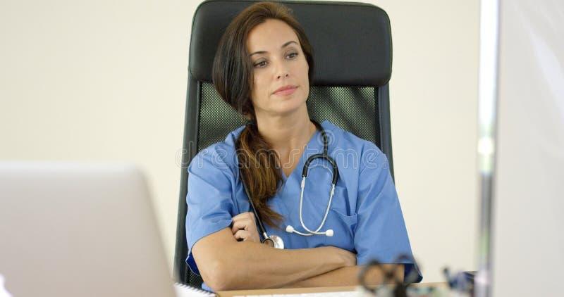 Poważna kobiety lekarka przy laptopem zdjęcia stock